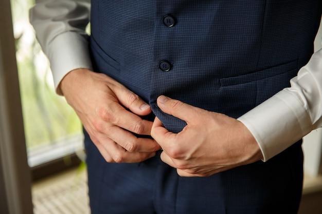 Бизнесмен надевает костюм