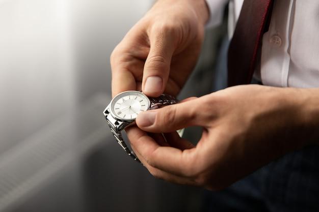 Мужские наручные часы, время для бизнеса