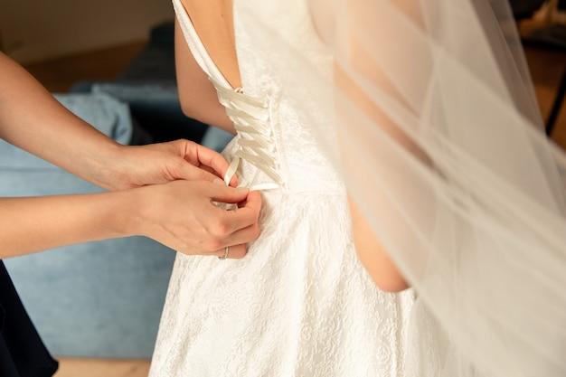 結婚式当日の花嫁のウェディングヘルプ、花嫁介添人はウェディングドレスを着る