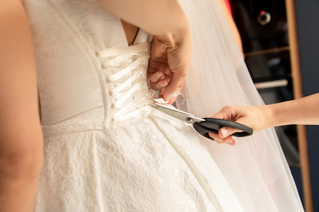 ハサミによるウェディングドレスの修理