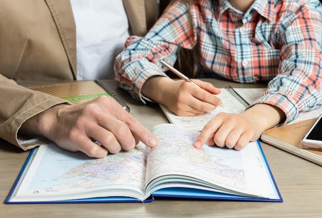 子供が宿題を手伝う親