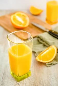 ガラスとオレンジのスライスのオレンジジュース