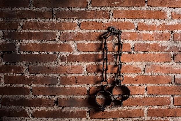 Рабство и неволя крепкие стальные старые кандалы
