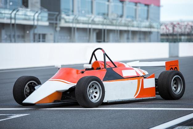 Старая формула гоночной машины на трассе