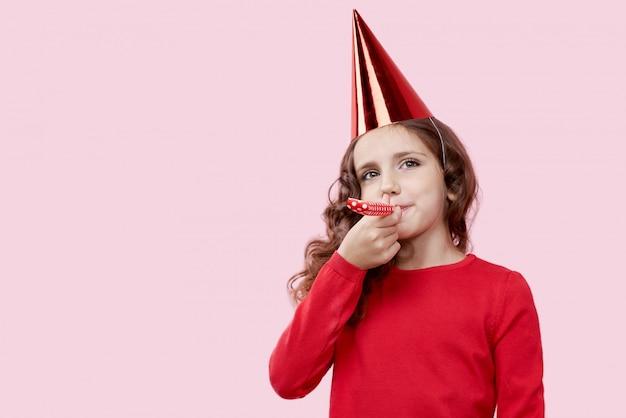 母親の誕生日を祝っている赤いドレスを着た微笑んでいる女の子の画像。