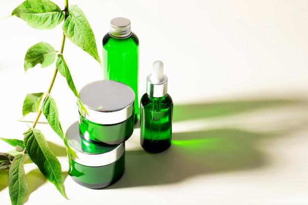化粧品、クリーム、ジェル、シャンプー、ヒアルロン酸。顔と体のケア。