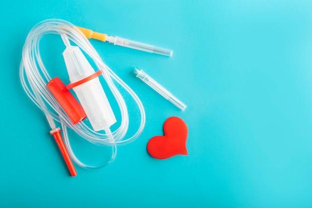 世界献血者デー。輸血システムと赤いハート