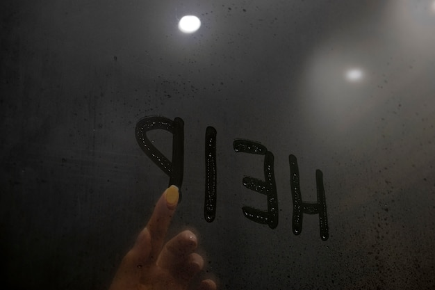 Домашнее насилие в семье. рука пишет слово помощь