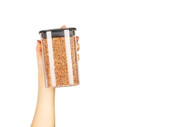 穀物を保存するためのプラスチック容器に入ったソバ粒。