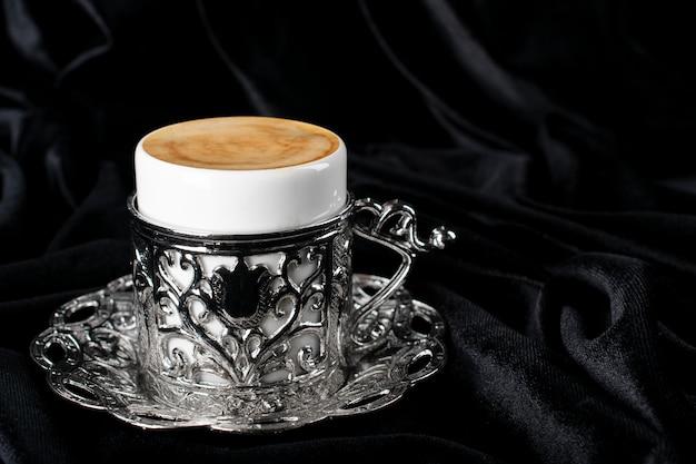 Кофе по-турецки. восточная посуда с рисунком. кофе в зернах, рахат-лукум