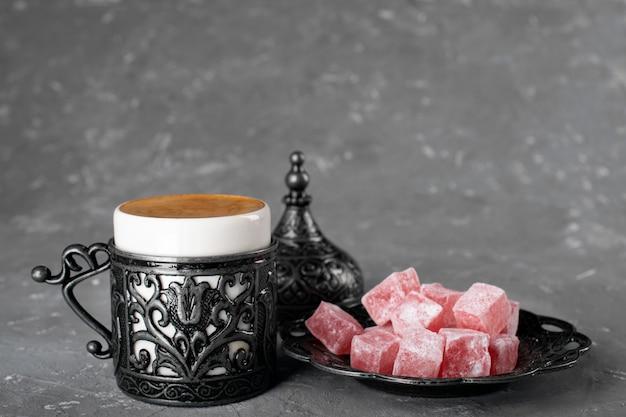 トルコ・コーヒー。模様入りのオリエンタル食器。コーヒー豆、トルコ料理