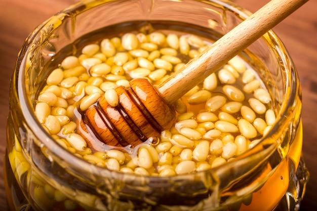 Вкусный мёд с кедровыми орехами.