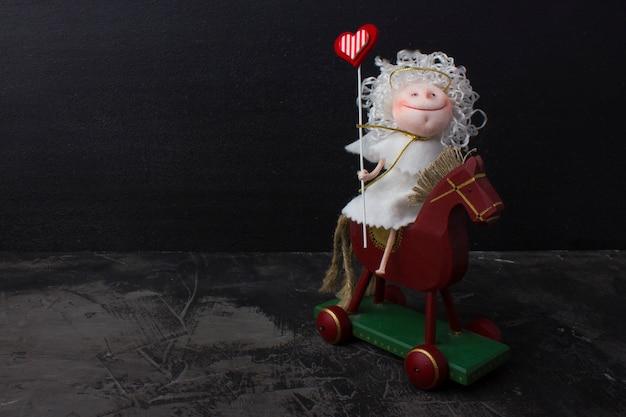 木製の馬に愛の天使