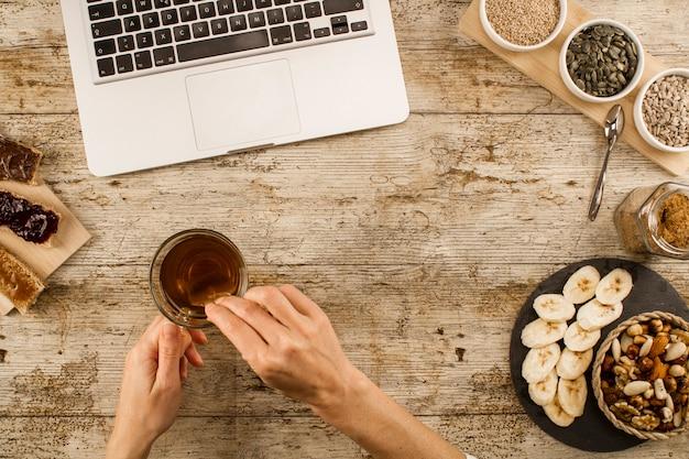 Женские руки помешивая в кофе