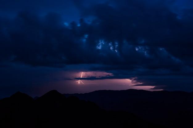 山の向こうの夜の雷と嵐の雲