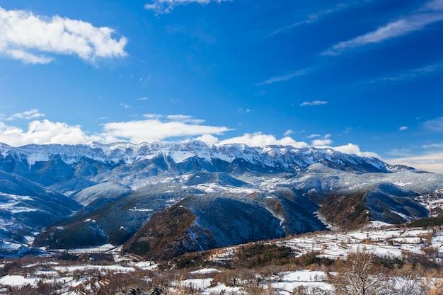 Зима в серра-дель-кади, ла серданья, пиренеи, испания