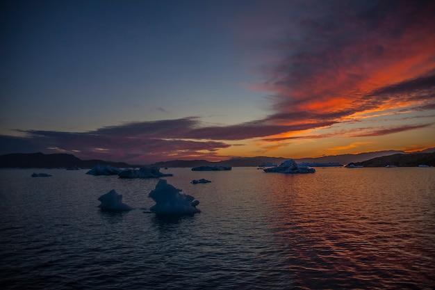 Летний пейзаж во фьордах нарсака, юго-западная гренландия