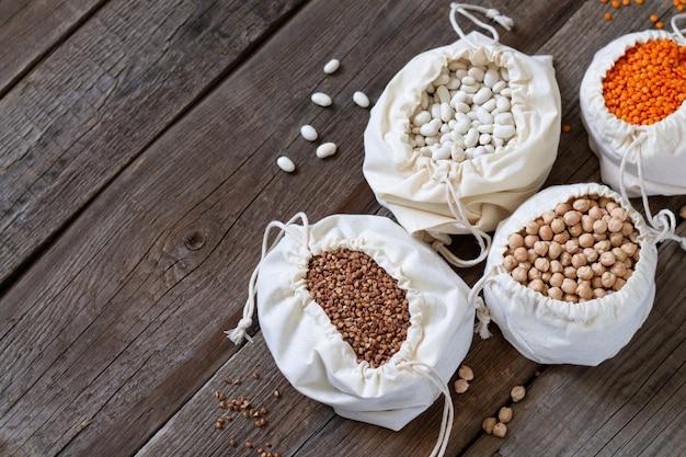 健康的な穀物と木製のテーブルにリネンエコバッグの割り