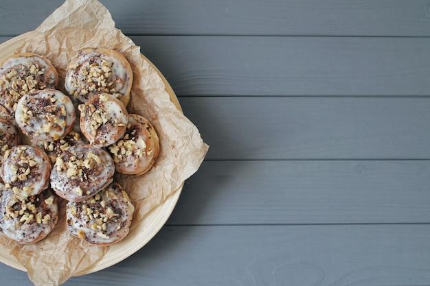 Красивые свежие булочки с корицей крупным планом на деревянном столе
