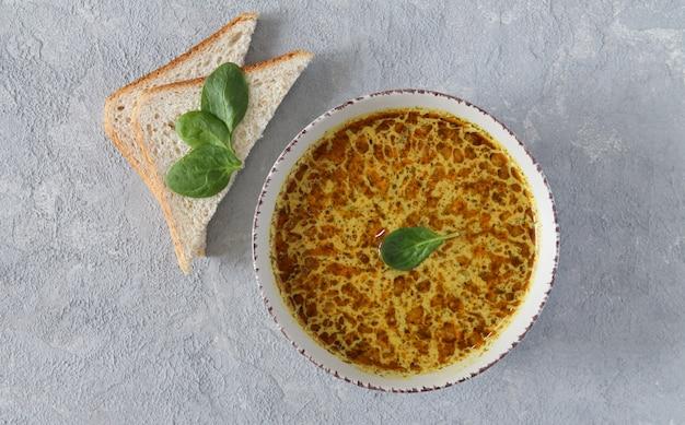 トウモロコシと自家製の乳白色のシーフードチャウダースープのボウル