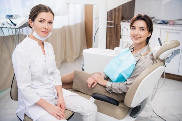 Девочка-подросток осматривает зубы у стоматолога