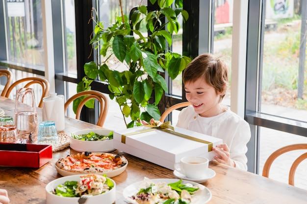 Счастливый ребенок получает красивый подарок