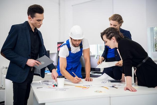 Группа профессиональных инженеров, внимательно изучающих проект