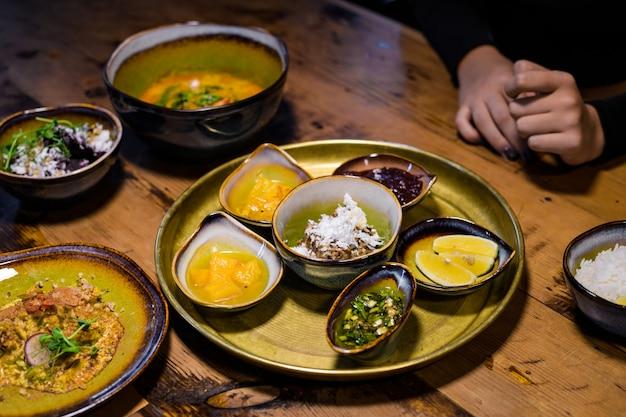 Тайский зеленый карри с курицей и жасминовым рисом и другими блюдами азиатского стиля на столе, крупным планом выстрел