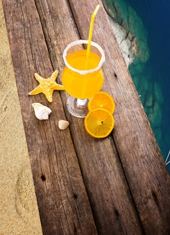 砂浜で木製の桟橋でカクテル
