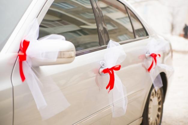 Роскошный свадебный автомобиль, украшенный лентами