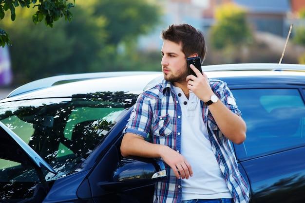 駐車場で故障した後の援助を求める男