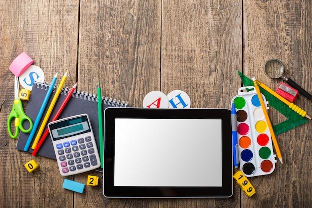 Планшетное устройство и разные школьные принадлежности