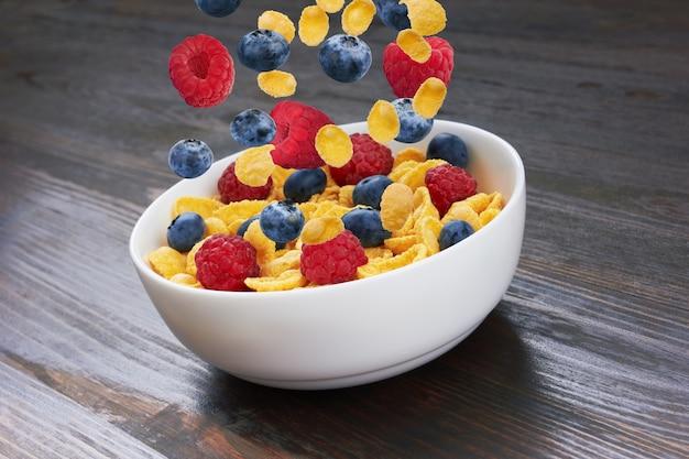 コーンフレークに落ちる新鮮な果実