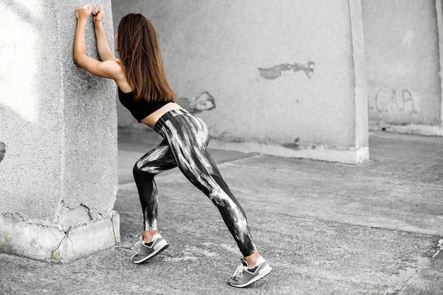 Красивая девушка фитнеса спорта в спортивной одежде делая тренировку фитнеса.