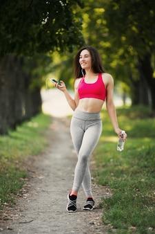 Молодая женщина работает на открытом воздухе в парке.