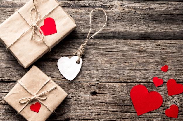 День святого валентина композиция с подарочные коробки и сердца. вид сверху