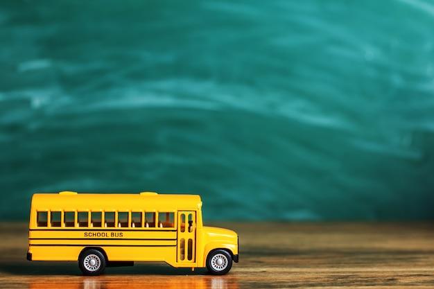 Школьные принадлежности на фоне школьной доски