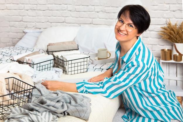 Красивая молодая положительная кавказская женщина домохозяйки