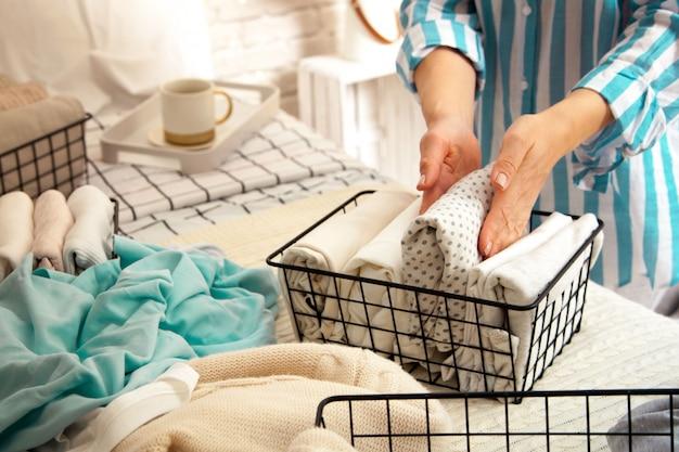 Руки молодой женщины-домохозяйки