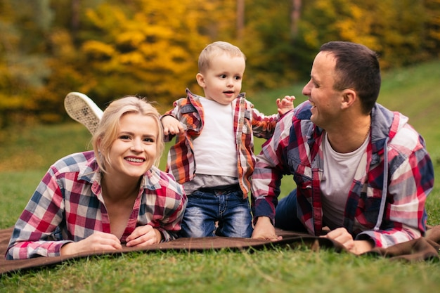 Семья на выходных. мать отец и сын в парке