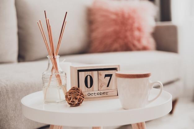 Уютные предметы интерьера в интерьере с чашкой чая
