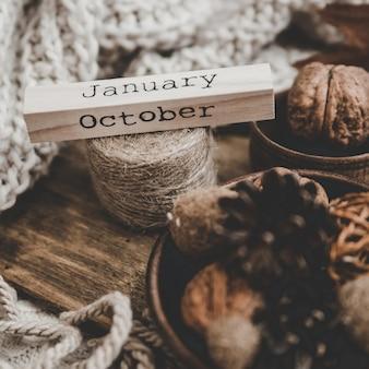 Деревянный блок с надписью октябрь в осенней тематике