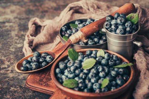 暗い背景の木の料理でブルーベリー。健康的な食事と栄養。