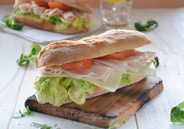 チーズとトルコハムのサンドイッチ、レタスとトマト添え