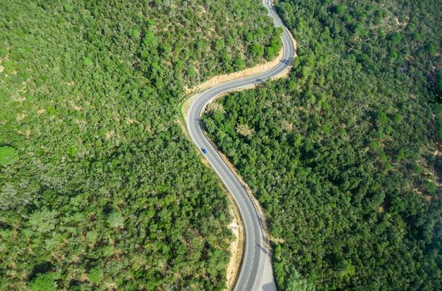 カーブのある道路の空撮