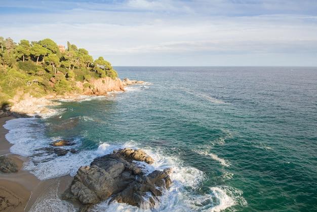 カタルーニャのコスタブラバの空撮。スペインの岩と波でいっぱいのビーチ