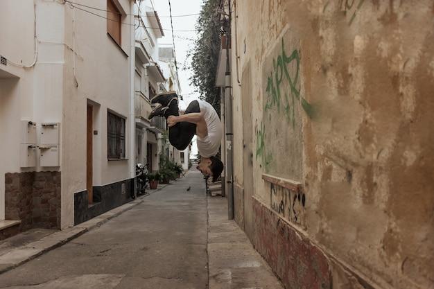 パルクールを練習する若いスポーツマン。