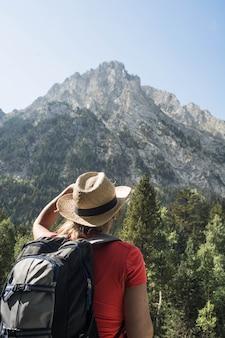 Женщина, походы в национальный парк д'айгуэстортес в пиренеях в испании