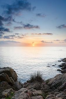 スペインのコスタブラバの中心部にあるブラネスのビーチの日の出。