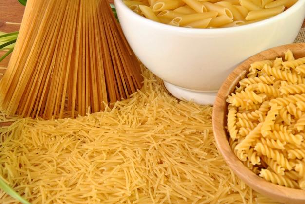 Набор различных видов макарон, спагетти и макаронных изделий